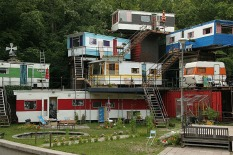 http://2.bp.blogspot.com/_KFxmlXHAk1A/TUg199OhIZI/AAAAAAAAC0U/gq-TeKXXDGM/s1600/one+man%2527s+trailer+park-+redneck+mansion.jpg